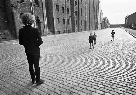 Barry Feinstein, Bob Dylan with Kids, Liverpool, England, 1966 (printed 2009). Gelatin silver print. Courtesy Barry Feinstein